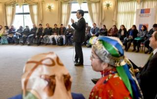 El Ministro de Economía, Fomento y Turismo, Luis Felipe Céspedes, junto al Gerente General de Sercotec, Bernardo Troncoso, lidera el encuentro con emprendedores mapuches beneficiados por el programa Fünmapu, Semilla de la Tierra. Este es un Fondo de  Emprendimiento de Negocios Mapuche, que busca mejorar las capacidades y oportunidades de pequeñas empresas y asociaciones del pueblo mapuche de la Región de La Araucanía.
