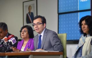 El Ministro de Economía, Fomento y Turismo, Luis Felipe Céspedes y el Subsecretario de Pesca y Acuicultura, Raúl Súnico, reciben el informe final de la Comisión Científica Marea Roja.