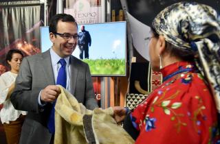 El Ministro de Economía, Luis Felipe Céspedes, junto al gerente general de Sercotec, Bernardo Troncoso, inauguran la Expo Fün Mapu, donde 20 emprendedores mapuches provenientes de la Región de La Araucanía, presentarán por primera vez sus productos gastronómicos, artesanías y orfebrería al público capitalino.
