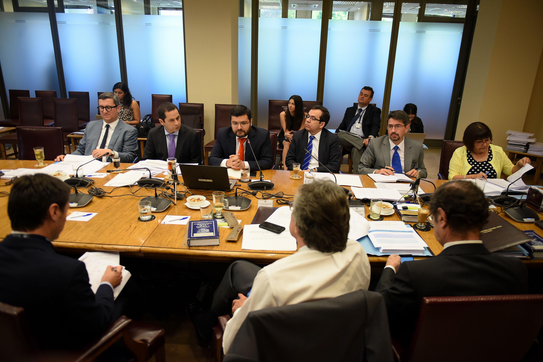 El Ministro de Economía, Fomento y Turismo, Luis Felipe Céspedes, participa en la Comisión de Constitución del Senado para continuar la discusión del proyecto que modifica la ley sobre protección de los derechos de los consumidores, fortaleciendo el Servicio Nacional del Consumidor (Sernac)