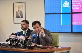 El Ministro de Economía, Fomento y Turismo, Luis Felipe Céspedes, junto al director del Sernac, Ernesto Muñoz, entregan un nuevo informe sobre el alza de precios de los estacionamientos concesionados del país y anuncian nuevas acciones.