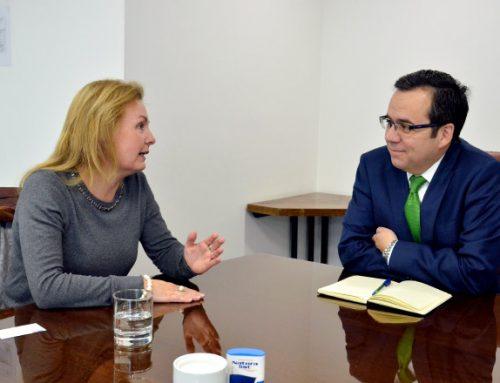 Ministro Céspedes se reúne con nueva representante del BID en Chile