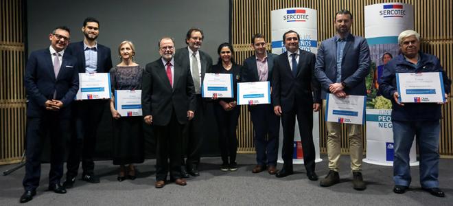 El Ministro de Economía, Fomento y Turismo, Jorge Rodríguez y el gerente general de Sercotec, Bernardo Troncoso, encabezan la ceremonia de certificación de las más de 300 pequeñas empresas beneficiarias del Fondo de Desarrollo de Negocios Crece de la Región Metropolitana 2017.