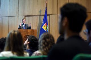 El ministro de Economía, Fomento y Turismo, José Ramón Valente, dicta Clase Magistral en el marco de la inauguración del año académico de la Facultad de Economía y Negocios de la Universidad de Chile (FEN).