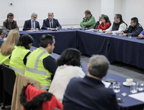 Ministro Fontaine recibe a parlamentarios y representantes de trabajadores de la pesca quienes piden postergar la entrada en vigencia de la ley de la jibia